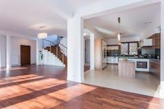 Open keuken en woonkamer stock foto afbeelding bestaande uit laag 48954906 - Opening tussen keuken en eetkamer ...