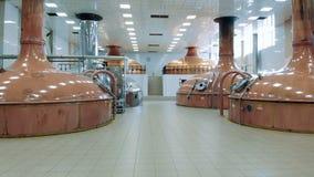 Ruime zaal van een brouwerij met kopertanks stock video