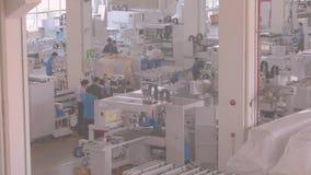 Ruime zaal van een grote moderne onderneming met een groot aantal werkende mensen stock video