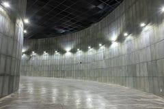 Ruimte binnen de bouw die uit krommen bestaan stock foto