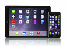 Ruimte Grijze iPhone 6 van Apple en iPad Lucht 2 WiFi + Cellulair royalty-vrije stock afbeeldingen