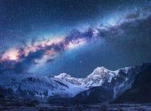 ruimte Nacht landscapw met Melkweg en bergen stock foto's
