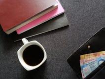 ruimte voor lezing, gestapelde boeken, koffiekop en vrouwenportefeuille met Mexicaanse bankbiljetten Stock Foto's