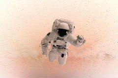 Ruimtemensenvliegen in nul ernst op een roze achtergrond met sterren concept reis in ruimte royalty-vrije stock foto's