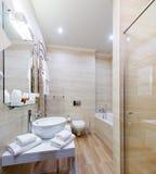Ruimten van het badkamers de binnenlandse hotel, met bad en douche Royalty-vrije Stock Foto