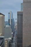Ruimtenaald die tussen stadswolkenkrabbers gluren Stock Foto