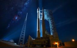 Ruimtevaartuiglancering in Ruimte Elementen van dit die beeld door NASA wordt geleverd Royalty-vrije Stock Afbeeldingen