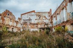 Ruiné et envahi par le bâtiment industriel de brique rouge d'usines image stock