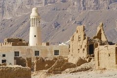 Ruin of an old mud brick fortress and a village mosque, near the city of Seiyun, Yemen Stock Photos