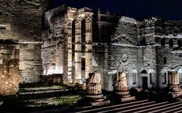 Ruina antigua en Roma en la noche, Italia fotografía de archivo