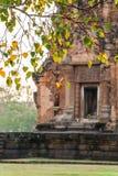 Ruina borrosa del Khmer de Sikhoraphum con la hoja de Bodhi en el primero plano Fotos de archivo libres de regalías