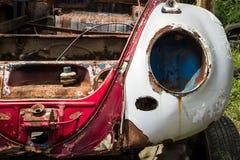 Ruina clásica del coche en un depósito de chatarra Imagen de archivo libre de regalías