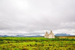 Ruina de la casa en el paisaje remoto de Escocia Imagen de archivo libre de regalías