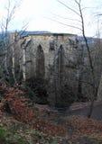 Ruina de la catedral en el castillo y el monasterio de Oybin Fotos de archivo