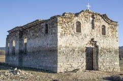 Ruina de la iglesia rural en la presa Jrebchevo, Bulgaria Foto de archivo