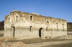 Ruina de la iglesia rural en la presa Jrebchevo, Bulgaria Imagenes de archivo