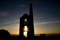 Ruina de la mina de estaño en la puesta del sol foto de archivo libre de regalías