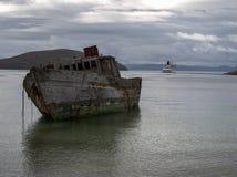 Ruina de la nave con el barco de cruceros en Falkland Islands Imágenes de archivo libres de regalías