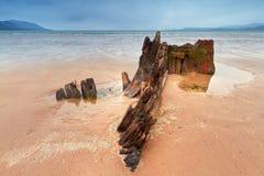 Ruina de la nave del rayo de sol en la playa irlandesa Fotografía de archivo