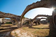 Ruina de la vieja yarda veneciana de la reparación del barco en Gouvia Foto de archivo