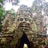 Ruina de piedra tallada del templo antiguo de las caras Fotografía de archivo
