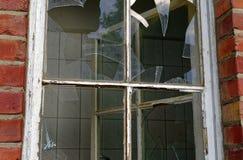 Ruina de una casa grande del ladrillo después de un fuego en el ático para aclarar hurto y vandalismo del incendio provocado del  imagen de archivo