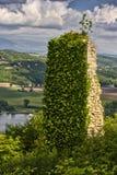 Ruina de una torre medieval imagen de archivo