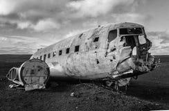 Ruina del avión DC-3 en la playa negra de la arena Imagen de archivo libre de regalías
