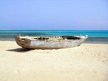 Ruina del barco de pesca viejo en la playa abandonada Imagenes de archivo