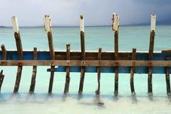 Ruina del barco en la playa Imágenes de archivo libres de regalías
