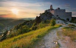 Ruina del castillo con el sol Fotografía de archivo