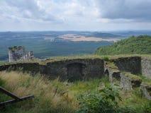 Ruina del castillo de Bezdez en Bohemia septentrional foto de archivo