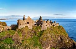 Ruina del castillo de Dunluce en Irlanda del Norte Foto de archivo