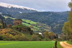 Ruina del castillo en la montaña fotos de archivo