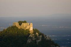 Ruina del castillo en la puesta del sol imagenes de archivo