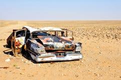 Ruina del coche abandonada en el desierto Imagenes de archivo