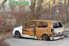 Ruina del coche con los neumáticos desinflados que se colocan en aparcamiento Fotografía de archivo