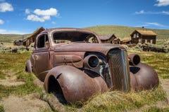 Ruina del coche en el pueblo fantasma de Bodie, California Imagenes de archivo