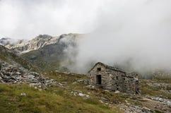 Ruina del viejo refugio en nubes Macizo de Monte Rosa cerca de Punta Indren Área de Alagna Valsesia, imagen de archivo libre de regalías