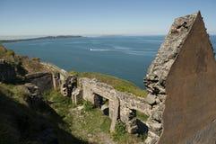 Ruina en Cliffwalk entre el rebuzno y Greystone, Irlanda Foto de archivo