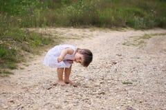 Ruina encontrada niña en el camino foto de archivo