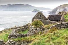 Ruina irlandesa del cortijo en el acantilado Imagenes de archivo