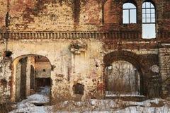 Ruina, la pared de un edificio residencial destruido viejo Las aberturas de la ventana y de la puerta se dominan sin marcos de pu fotos de archivo libres de regalías