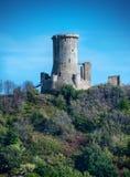 Ruina medieval de la torre, del parque arqueológico de Velia, puerto deportivo d fotografía de archivo libre de regalías