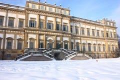 Ruina neoclásica en invierno Imagen de archivo libre de regalías