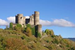 Ruina vieja del castillo del domeyrat en Francia Foto de archivo