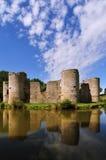Ruina vieja del castillo en un día de verano Imagenes de archivo