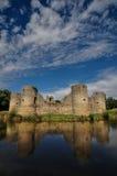 Ruina vieja del castillo en un día de verano Imágenes de archivo libres de regalías