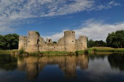 Ruina vieja del castillo en un día de verano Foto de archivo