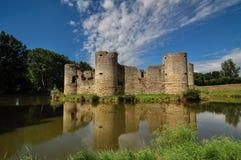 Ruina vieja del castillo en un día de verano Foto de archivo libre de regalías